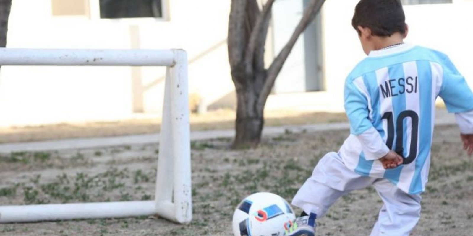 El pequeño afgano se mostró feliz Foto:facebook.com/afghanistanunicef/