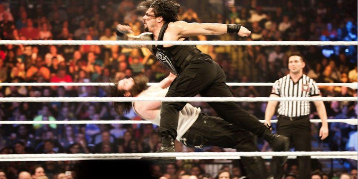 Roman Reigns recibe paliza de Triple H que le desfigura el rostro