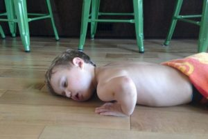 #MiBebéSeQuedóSinBatería: Se ríen de los bebés cuando se quedan dormidos. Foto:Twitter