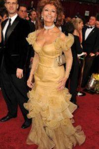 La legendaria actriz Sofía Loren en un vestido que no honra su belleza. Foto:vía Getty Images