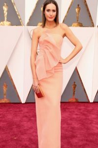 Louise Roe complementa un vestido de tono perfecto con joyas minimalistas y clutch a juego. Foto:vía Getty Images