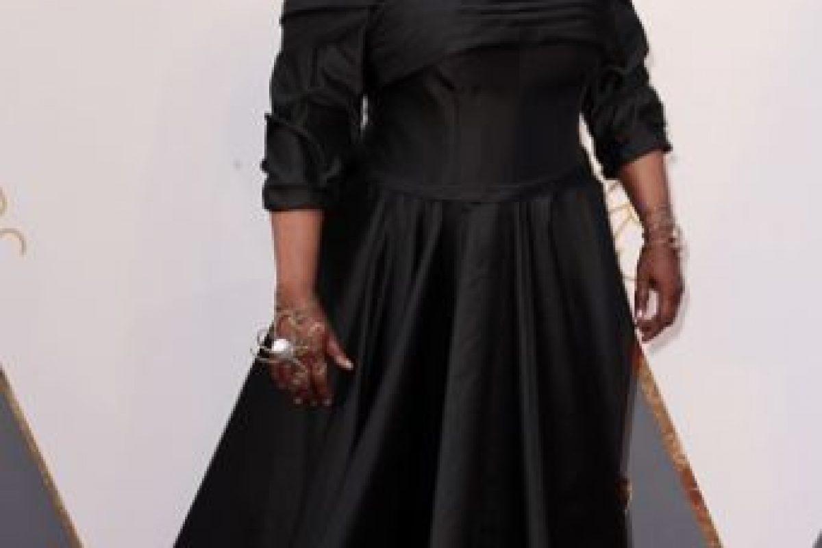 Whoopi Goldberg debió buscar un vestido más favorecedor para su edad, tono y figura. El negro la opaca y además en ese material la ensancha. Foto:vía Getty Images
