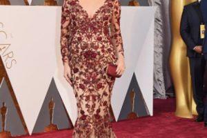 Chrissy Teigen recuerda vagamente al desastre de Kim Kardashian en el MET. Aunque este vestido está mejor por lejos, el fondo y la cola quedan sobrando. La trenza no la estiliza en nada. Foto:vía Getty Images