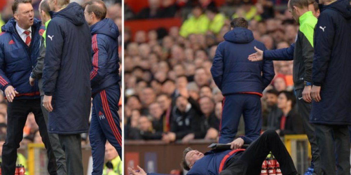 Van Gaal se lanza al suelo para reclamarle al árbitro