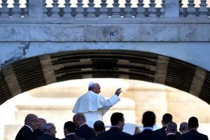 El papa Francisco saluda a los fieles católicos reunidos en El Vaticano Foto:AFP