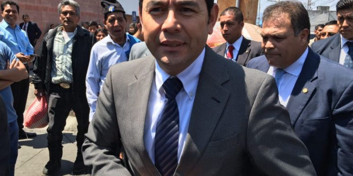 VIDEO. Jimmy Morales conversa con médicos del Hospital General San Juan de Dios
