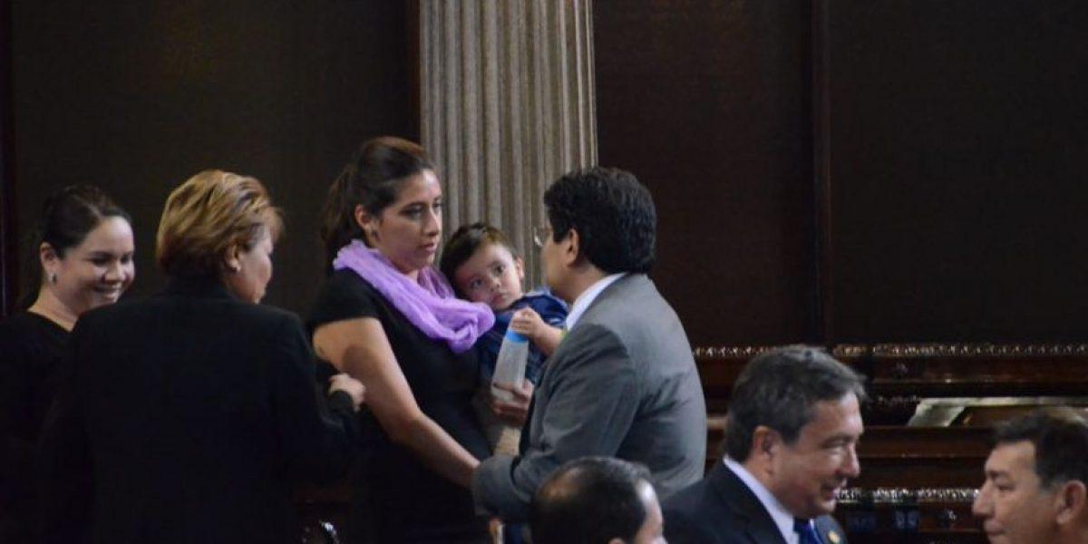 Diputada Eva Monte asiste al Hemiciclo del Congreso con su hijo