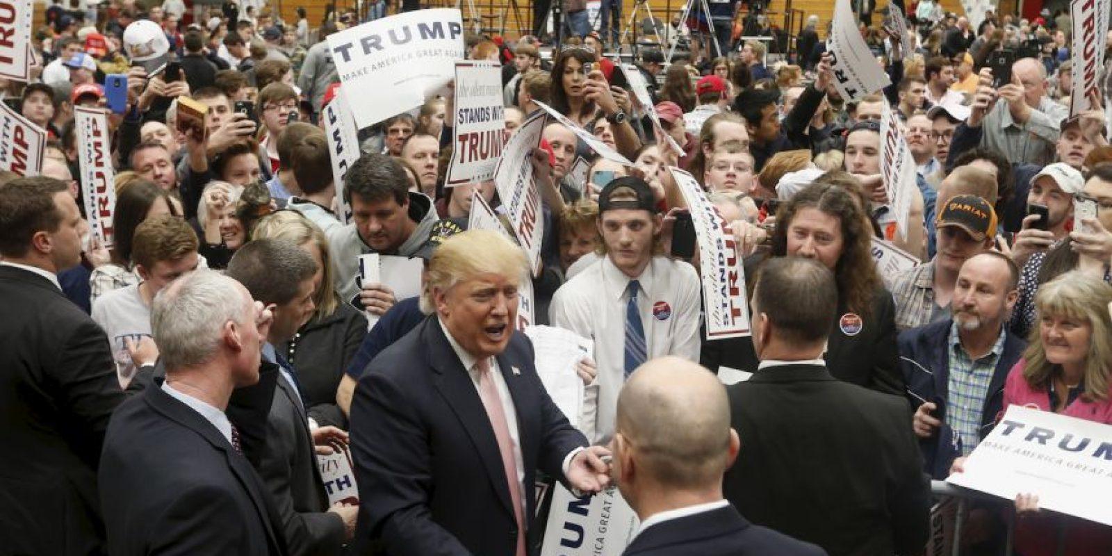 A diferencia de otras campañas, la de Trump tiene una política estricta que exige a los periodistas y camarógrafos permanecer dentro de un área cerrada. Foto:AP