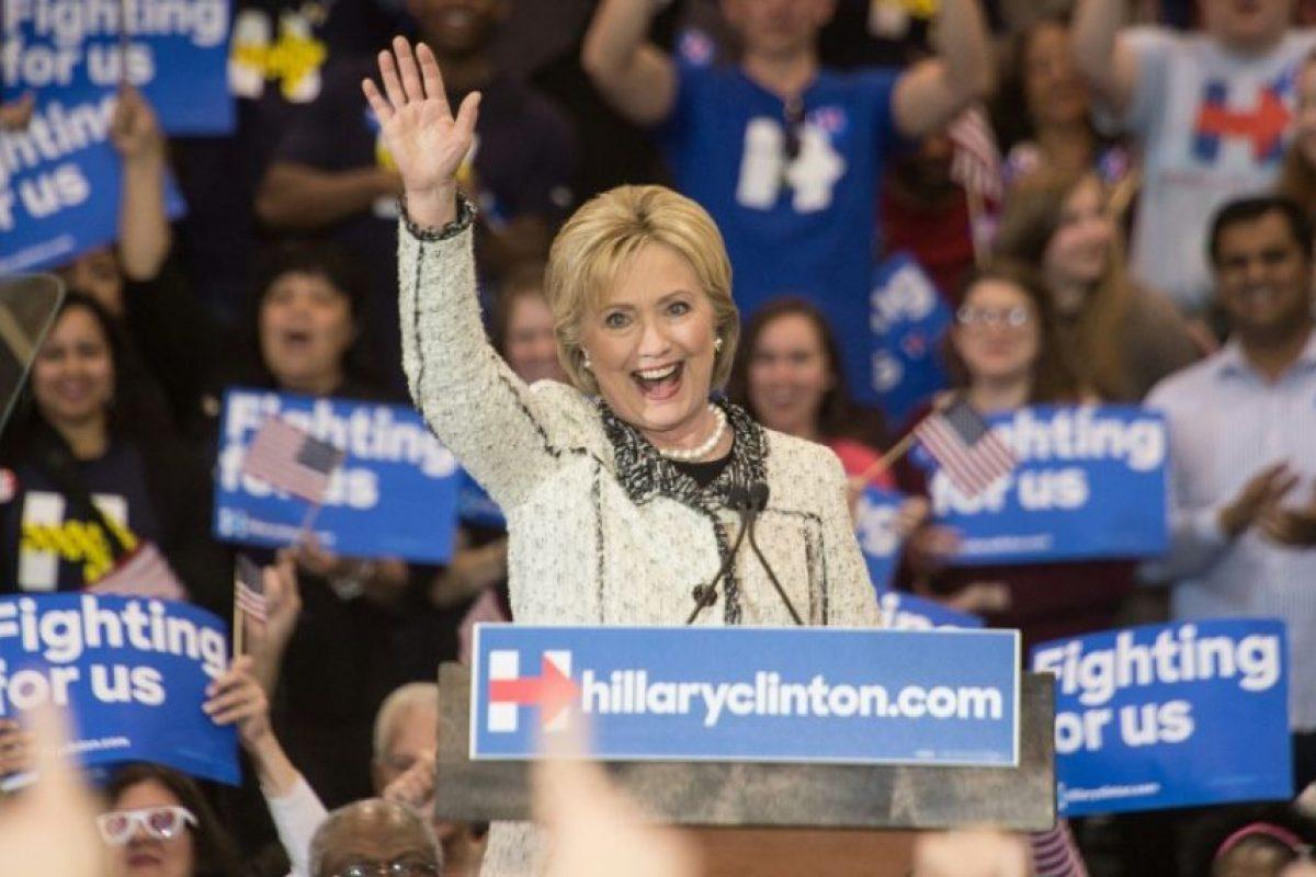 La candidata demócrata, Hillary Clinton, saluda durante un evento en Estados Unidos. Foto:AFP
