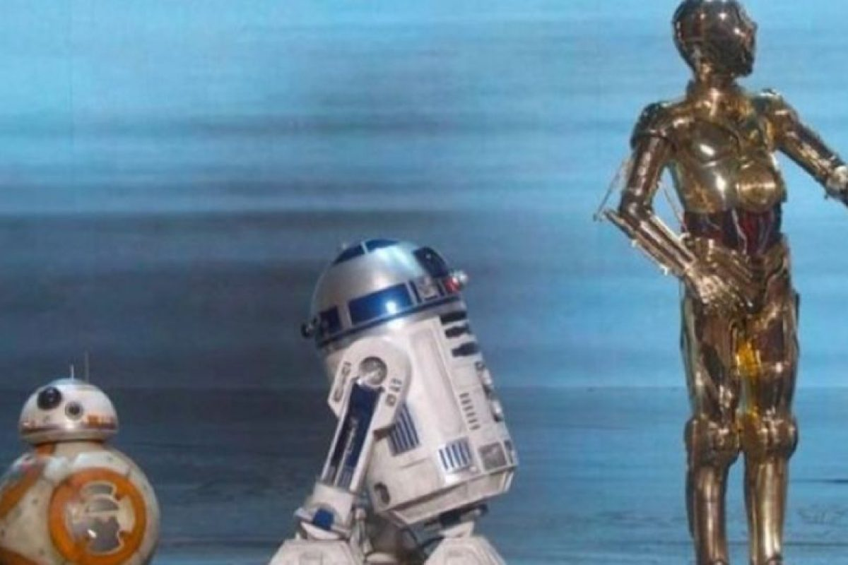 """Tres de los robots más populares de la historia del cine irrumpieron en el escenario del Oscar: BB8, R2D2 y C3PO, quienes aparecen en """"Star Wars """" nos regalaron un momento inolvidable. Foto:Vía TNT"""