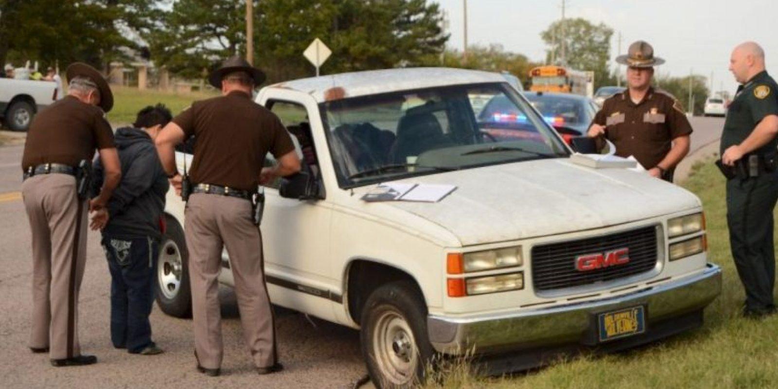 Los oficiales descubrieron una botella de licor casi vacía en el piso de la camioneta. Foto:AP