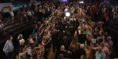 Fue adorado por la multitud que esperaba en la alfombra dorada. Foto:Vía Twitter/Univision