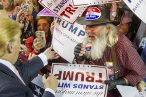 El candidato republicano, Donald Trump, conversa con sus simpatizantes en un evento. Foto:AFP