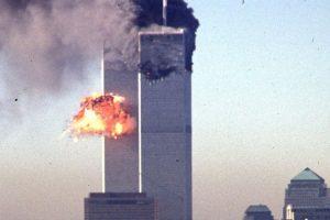 Foto del momento en el que un avión se estrella contra una de las Torres Gemelas, en Nueva York, en 2001. Foto:AFP