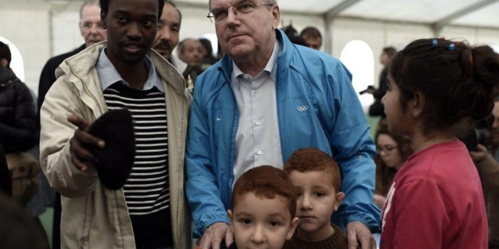Thomas Bach, presidente del Comité Olímpico Internacional (COI), en un centro de inmigrantes en Grecia. Foto:AFP