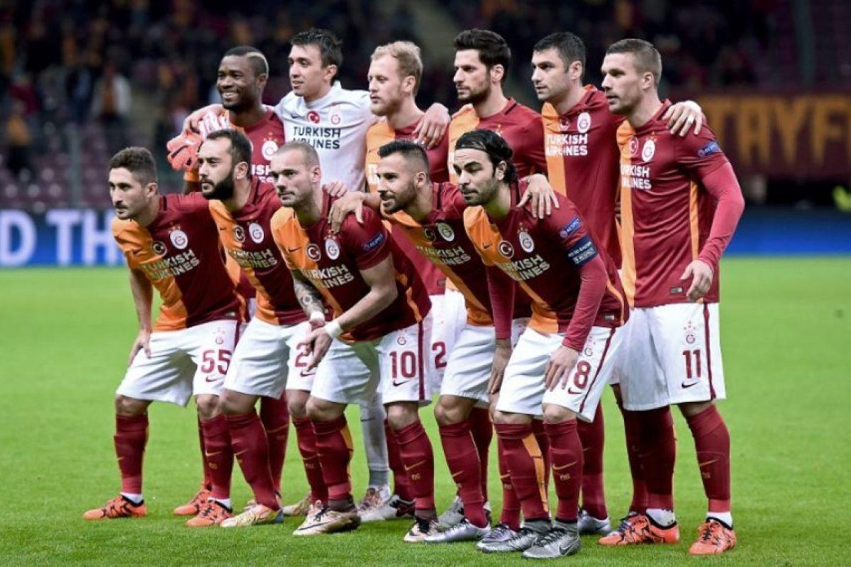Jugadores de la plantilla del Galatasaray (2015-2016) posan para una foto antes de un partido. Foto:AFP