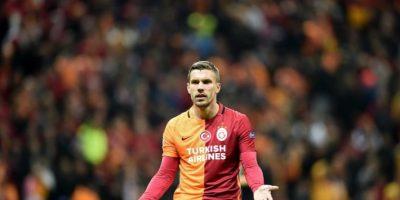 El delantero alemán, Lukas Podolski, hace un gesto en un partido de Europa League con el Galatasaray. Foto:AFP