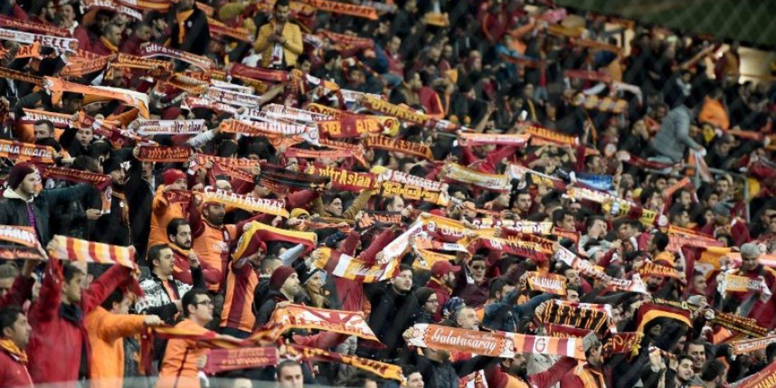 Aficionados del Galatasaray alientan a su equipo en un partido de Europa League. Foto:AFP
