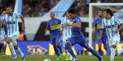 Jugadores de Boca Juniors y Racing disputan un balón en un partido de la liga argentina. Foto:AFP