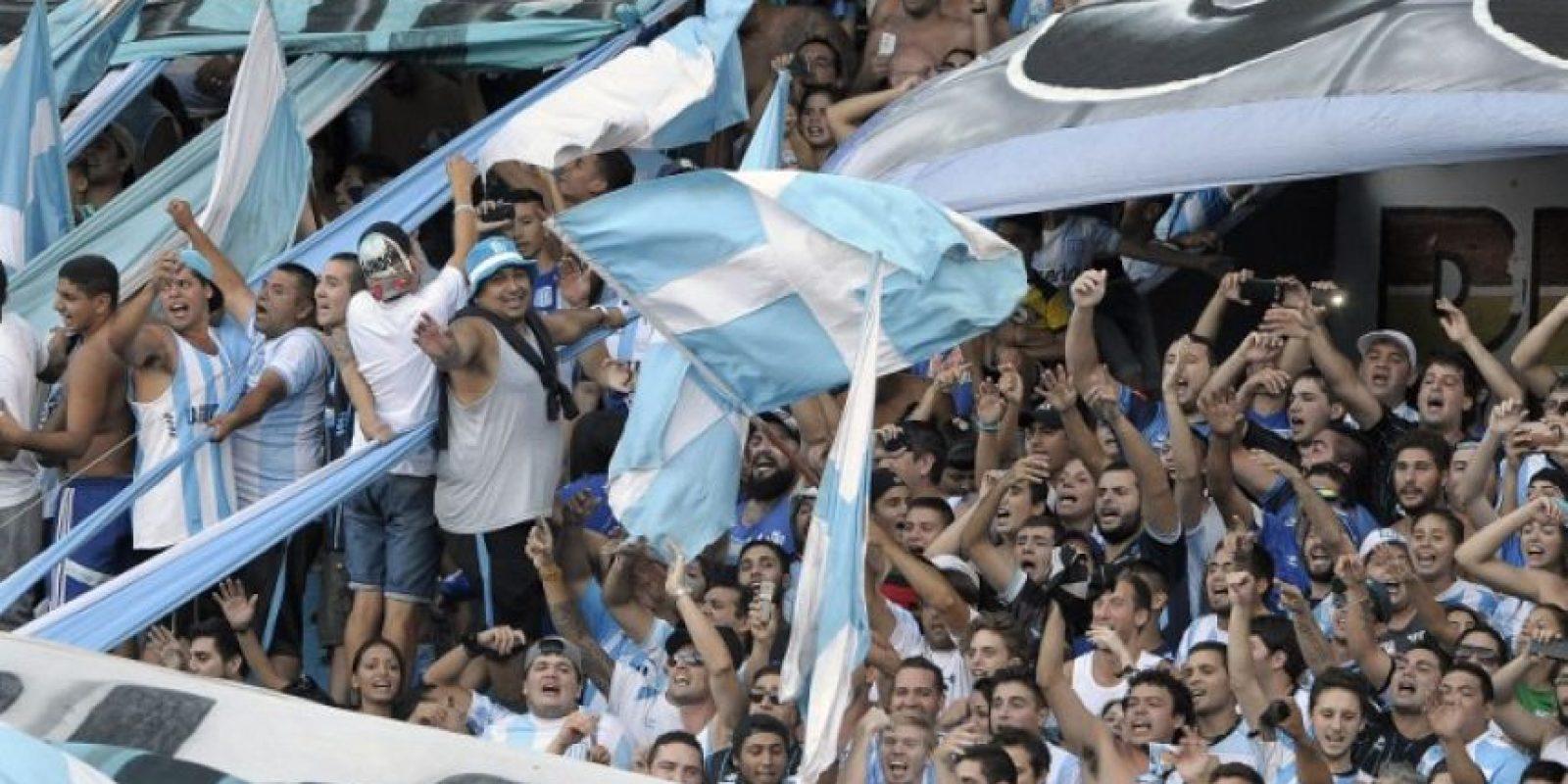 Aficionados de Racing alientan a su equipo en un partido de la liga argentina. Foto:AFP