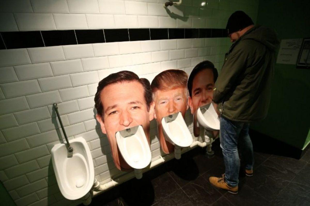 Un pub en Londres colocó orinales con la cara de los candidatos republicanos. Foto:AFP
