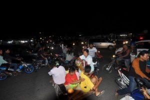 Personas escapan a las zonas altas de la ciudad ante un posible tsunami. Foto:AFP
