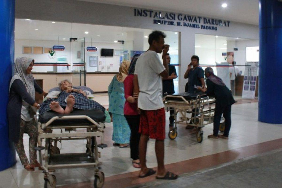 Personas son atendidas en un hospital de Indonesia tras sufrir crisis nerviosa por un fuerte sismo. Foto:AFP