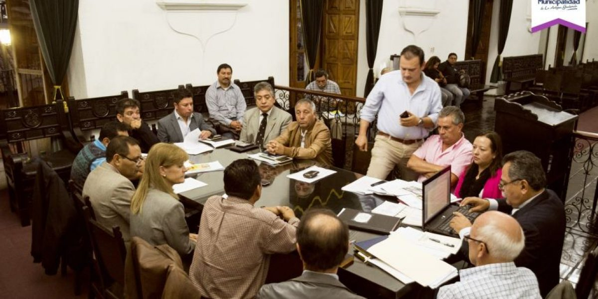 Debaten tema de licencias de construcción en La Antigua