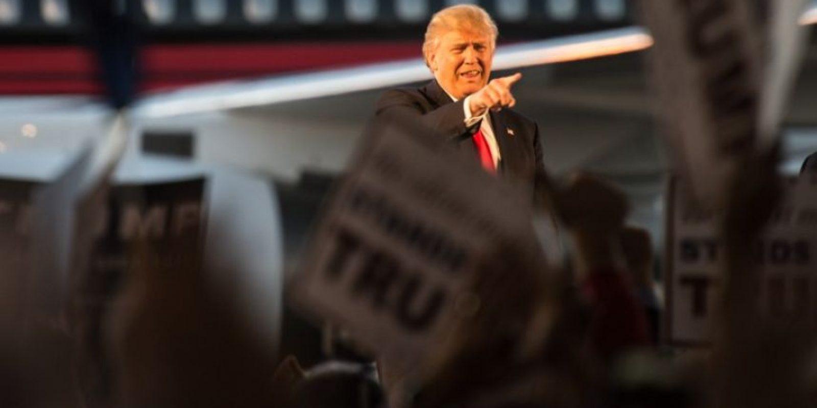 El republicano Donald Trump saluda a sus simpatizantes durante un evento en Estados Unidos. Foto:AFP