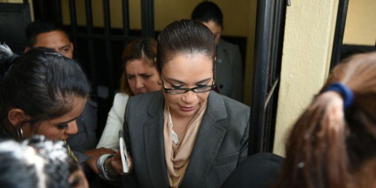 Juez niega privilegios a reos y Baldetti espera por primera vez en carceleta