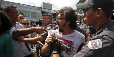 La policía intento detener el conflicto. Foto:AP