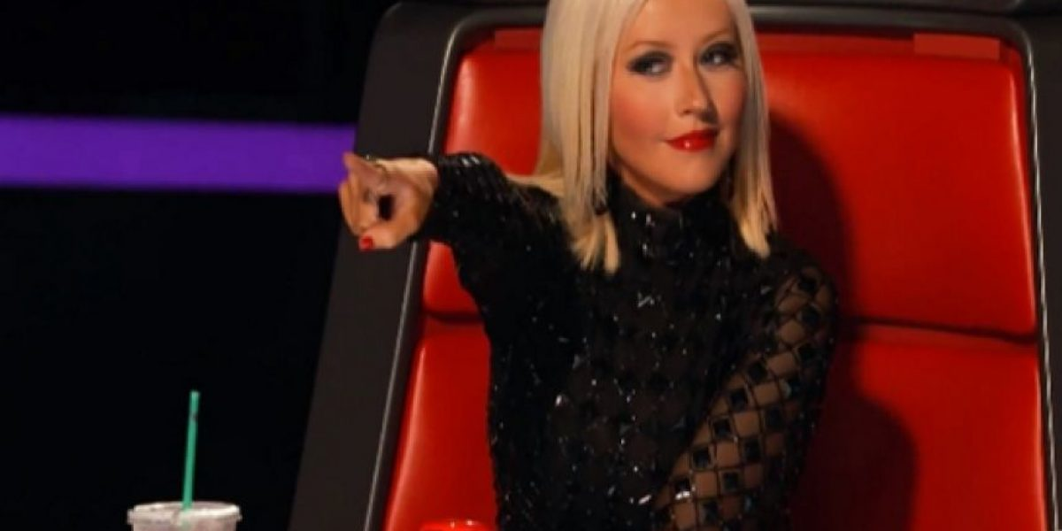 "Video. Christina Aguilera se besó con una concursante de ""The Voice"""