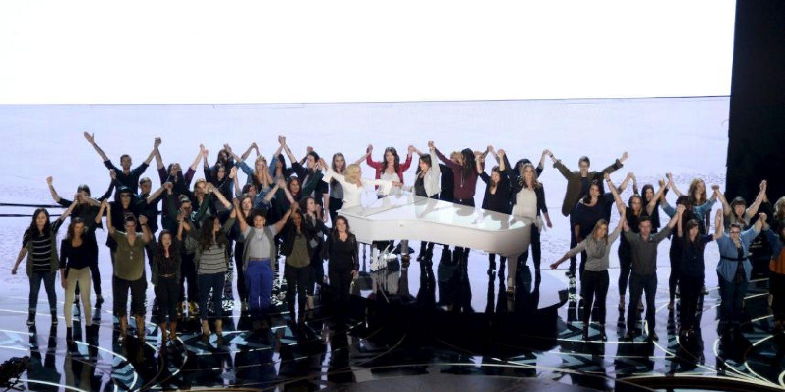 En el escenario, Gaga estuvo acompañada por otras víctimas de violaciones. Foto:Getty Images