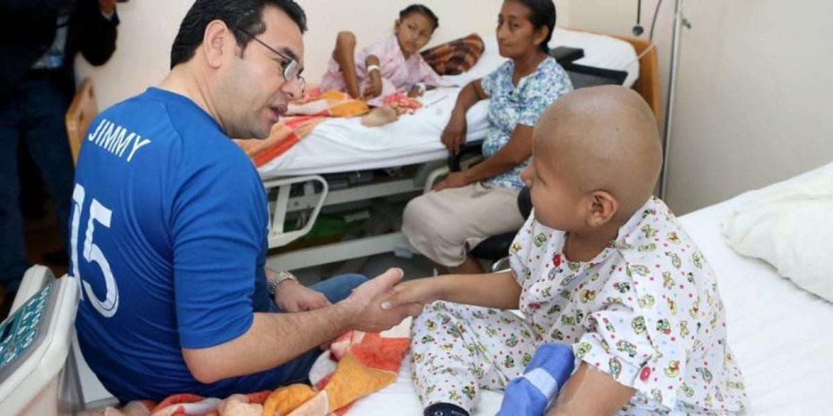 Jimmy Morales realiza visita a niños con cáncer con la camiseta de su equipo favorito