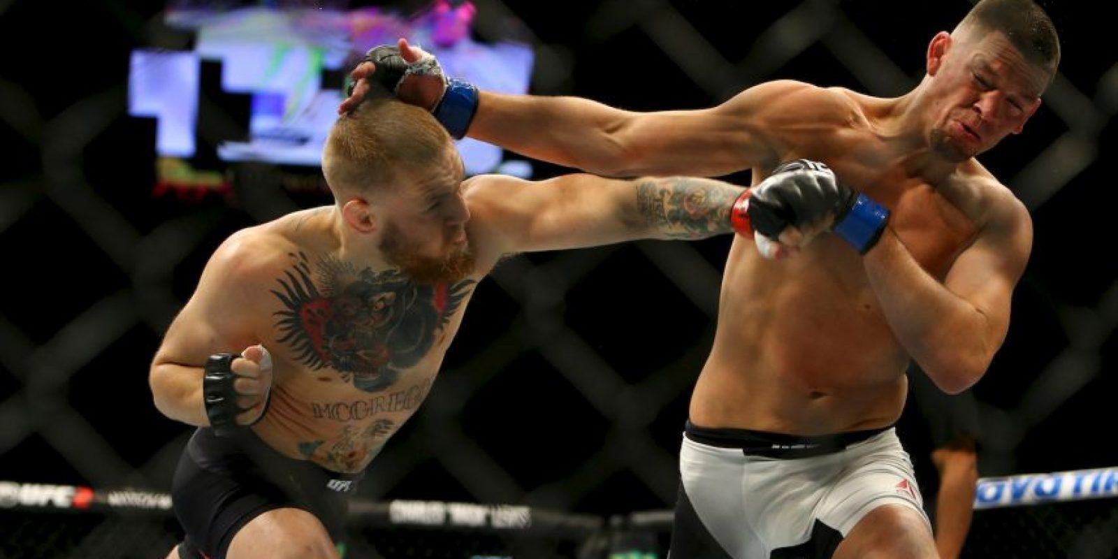 McGregor fue a la lona y recibió una lluvia de golpes de su rival. Foto:Getty Images