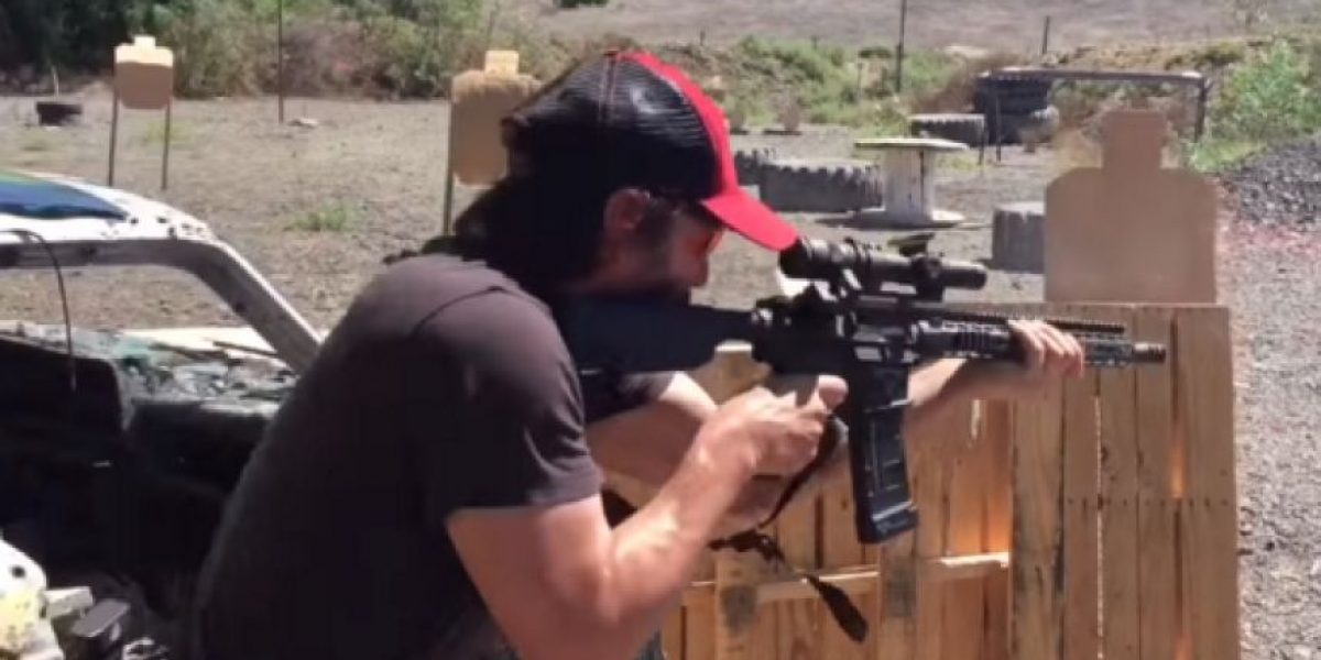 Video. Keanu Reeves causa polémica por disparar armas