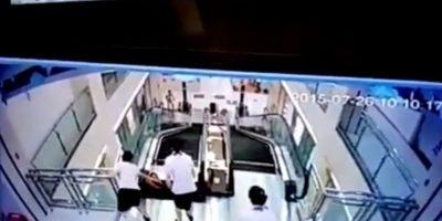 """Madre salva a su hijo antes de morir """"tragada"""" por escaleras mecánicas Foto:Liveleak"""