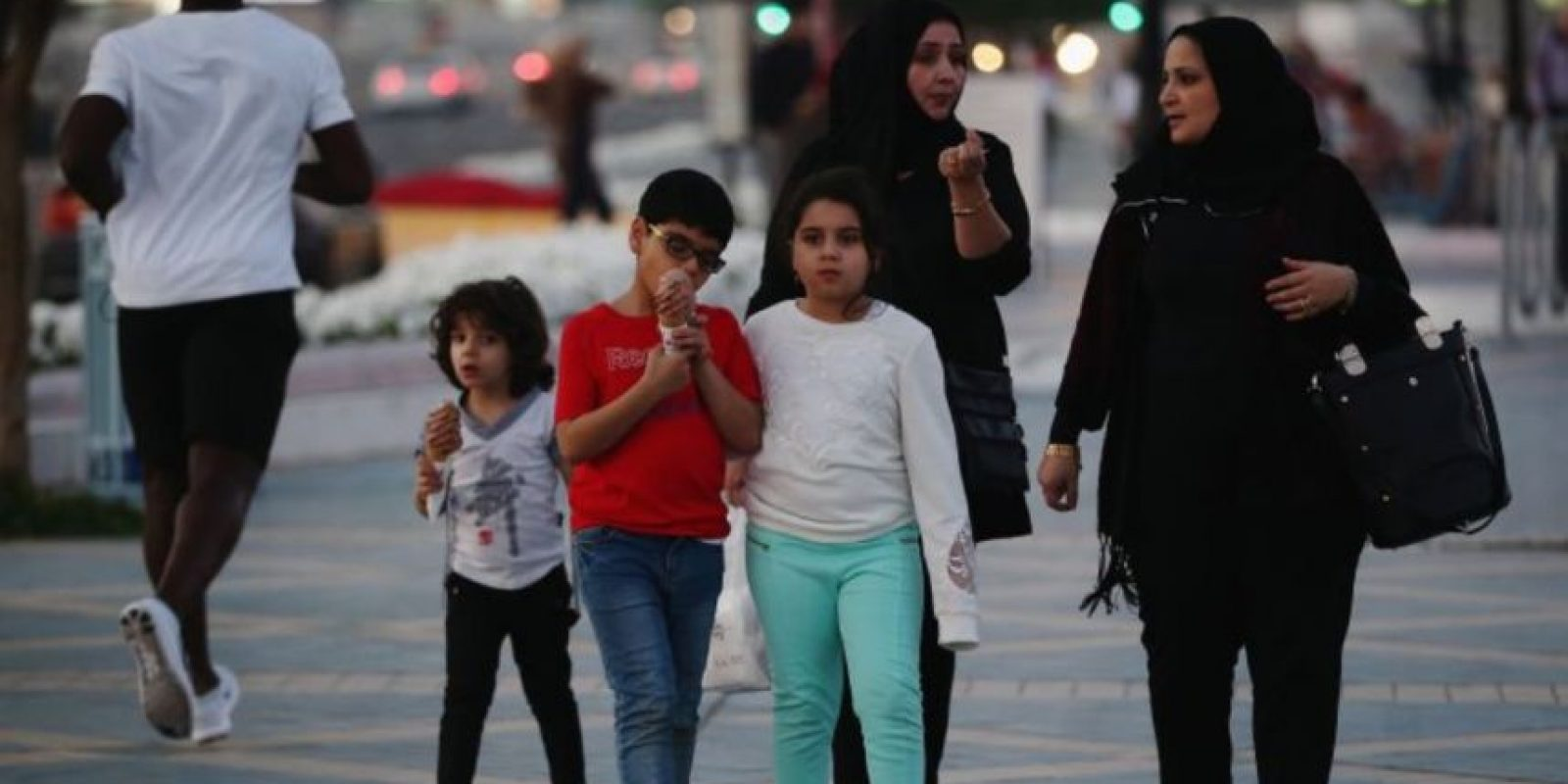 El incidente sucedió mientras la familia descansaba en la playa. El coronel Ahmed Burqibah, director adjunto del Departamento de Rescate de Dubái, aseguró que el padre de la joven prefirió que su hija falleciera a que fuera tocada por alguno de los salvavidas. Foto:Getty Images