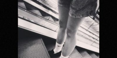 Las imágenes muestran a la mujer, de cerca de 30 años, subiendo en la escalera y al llegar arriba -donde se encontraban unas demostradoras- el suelo se hunde a sus pies. La mujer cae por el hueco que dejó la escotilla de mantenimiento, la cual podría haber estado mal colocada. Foto:Instagram.com