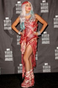 Sorprendió en los MTV Music Awards 2010 con un vestido confeccionado completamente de carne roja, creado por el diseñador Franc Fernandez. Foto:Getty Images