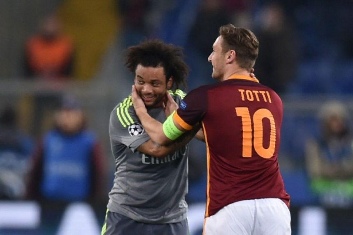 Marcelo, del Real Madrid, y Totti, de la Roma, durante un partido de Champions League.