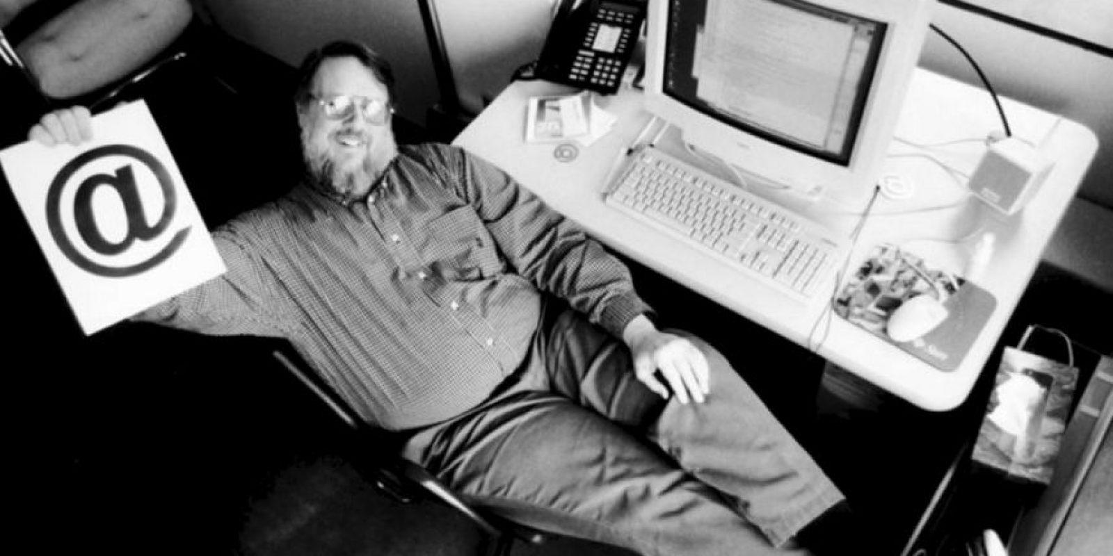 Cuando el informático vio que su invento funcionaba, decidió enviar a todos los trabajadores de ARPANET un mensaje explicando cómo usarlo correctamente. Foto:Twitter