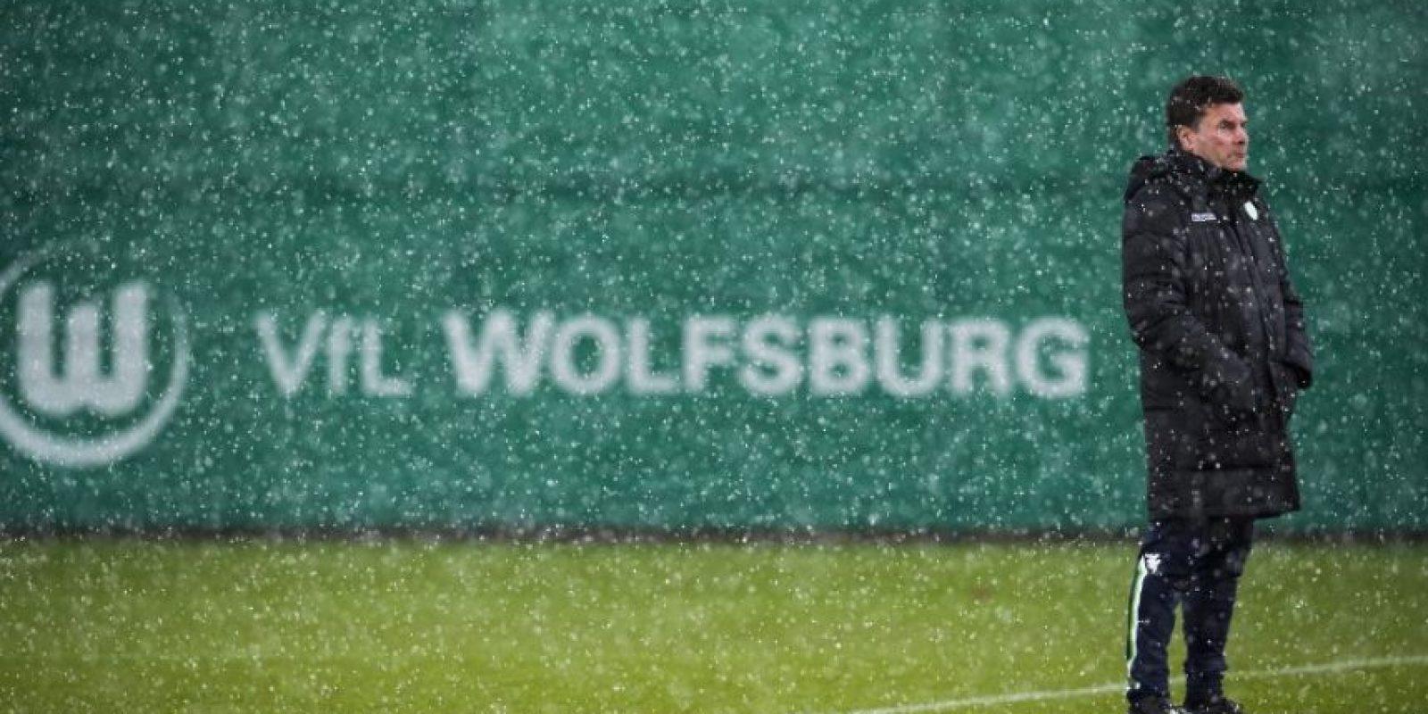 El técnico del Wolfsburg, Dieter Hecking, durante un entrenamiento previo a un partido de Champions. Foto:AFP