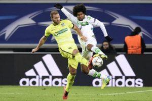 Jugadores del Gent y el Wolfsburg disputan un balón en un partido de Champions League. Foto:AFP