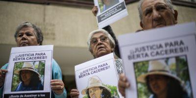 Personas exigen justicia por el asesinato de la activista hondureña, Berta Cáceres. Foto:AFP
