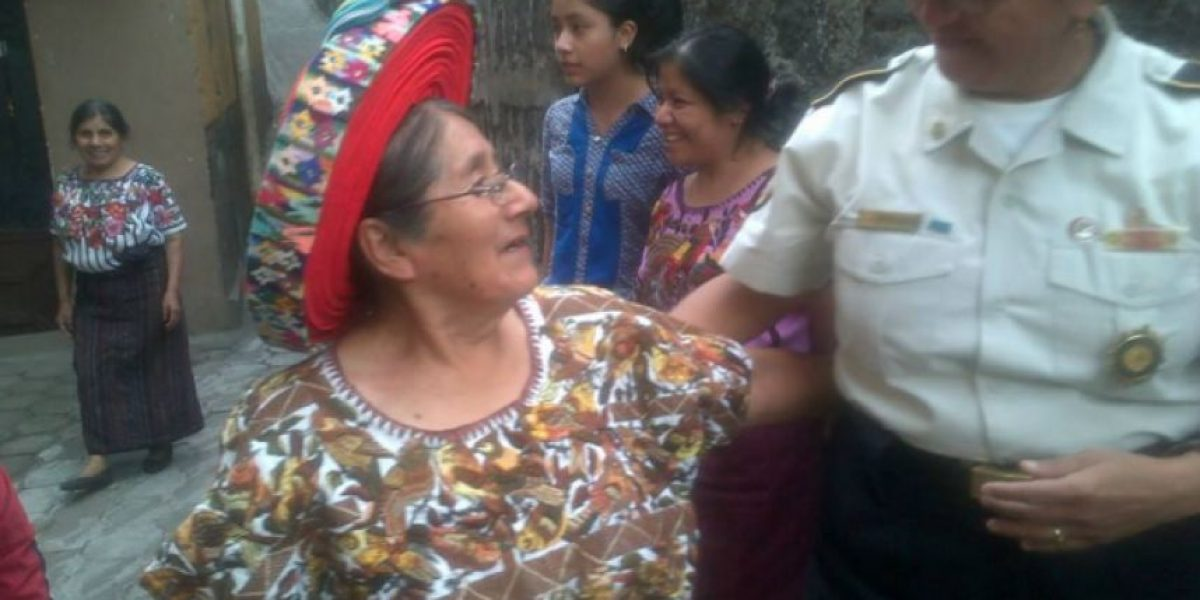 Mujer de la moneda de 25 centavos cumple 74 años y PNC la festeja
