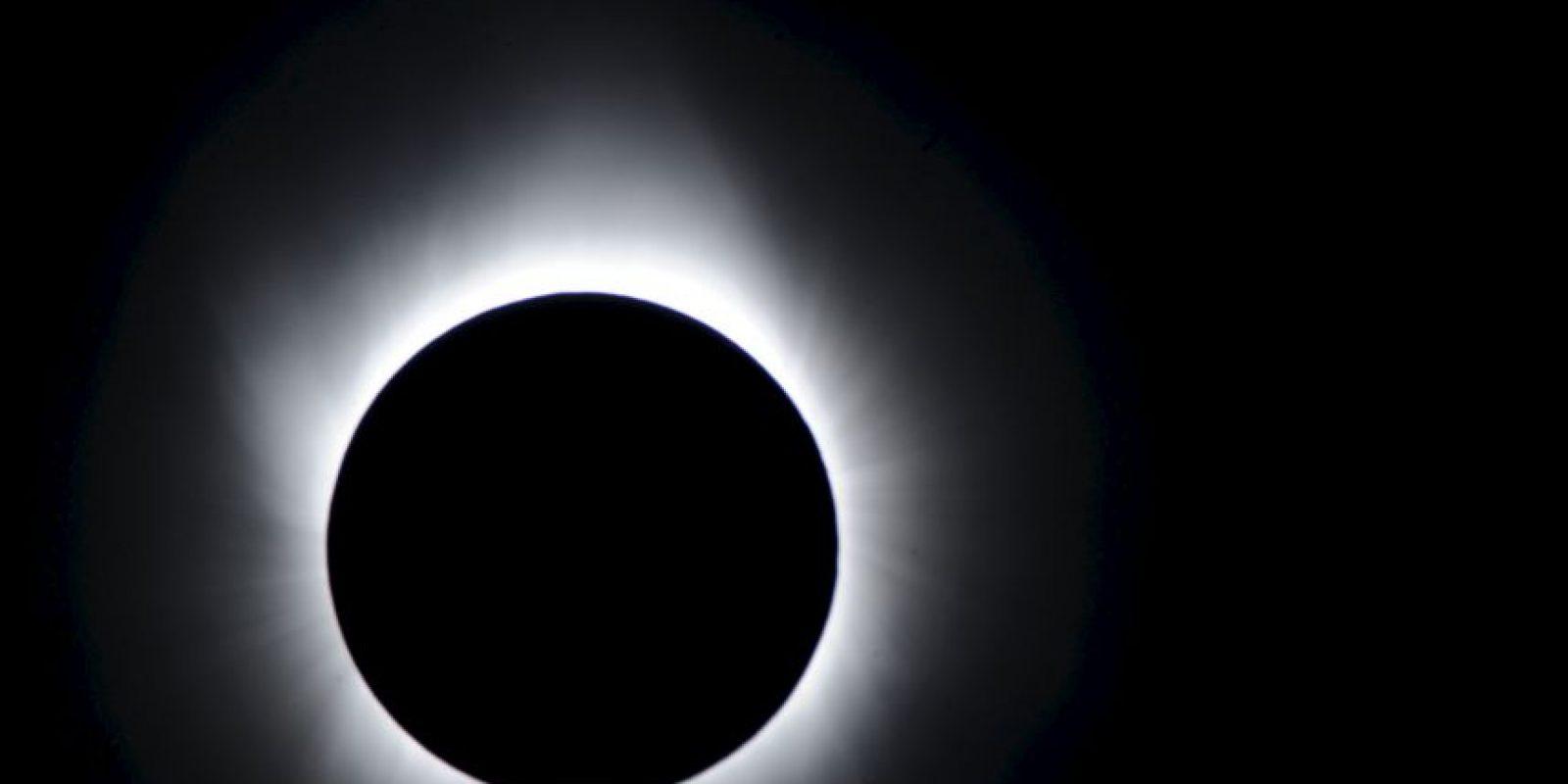 La forma más sencilla y común de observar un eclipse solar es mediante la proyección a través de un agujero pequeño. Foto:Getty Images