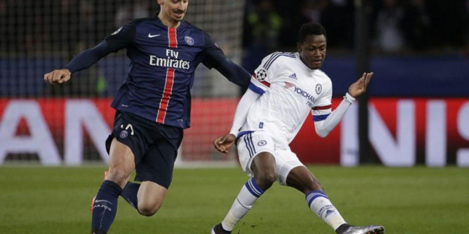 Jugadores del PSG y el Chelsea disputan un balón en un partido de Champions League. Foto:AFP