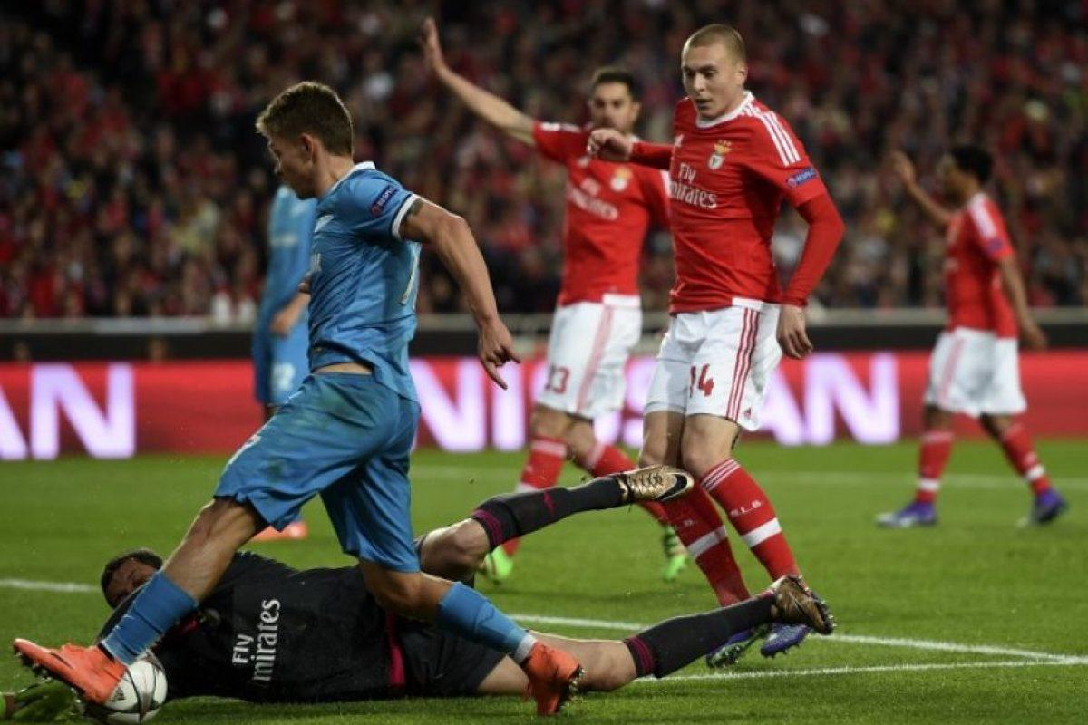 Jugadores del Benfica y el Zenit disputan un balón en un partido de Champions League. Foto:AFP