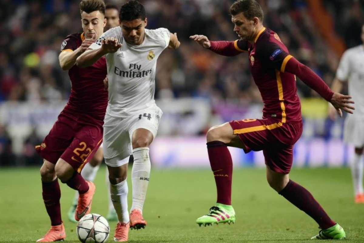 Jugadores del Real Madrid y el AS Roma disputan un balón en un partido de Champions League. Foto: AFP